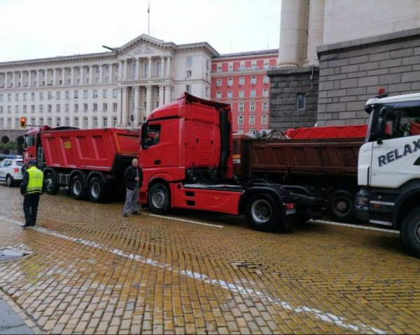 Bulgaria: Road Builders Protest In Front Of The Council Of Ministers